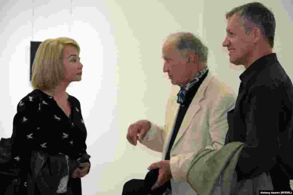 Вагиф Рахманов – скульптор, известный любителям изобразительного искусства как Казахстана, так и зарубежных стран, где он также часто выставляется. Много его выставок проходило в Канаде, в которой он в свое время жил и работал. На этом фото Вагиф Рахманов (в центре) беседует с арт-менеджером Тогжан Сакбаевой и галеристом Владимиром Филатовым.