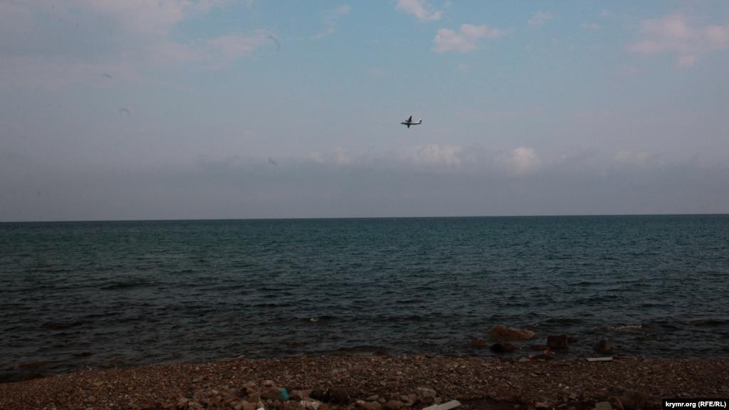 Над морем часто пролітають легкі літаки