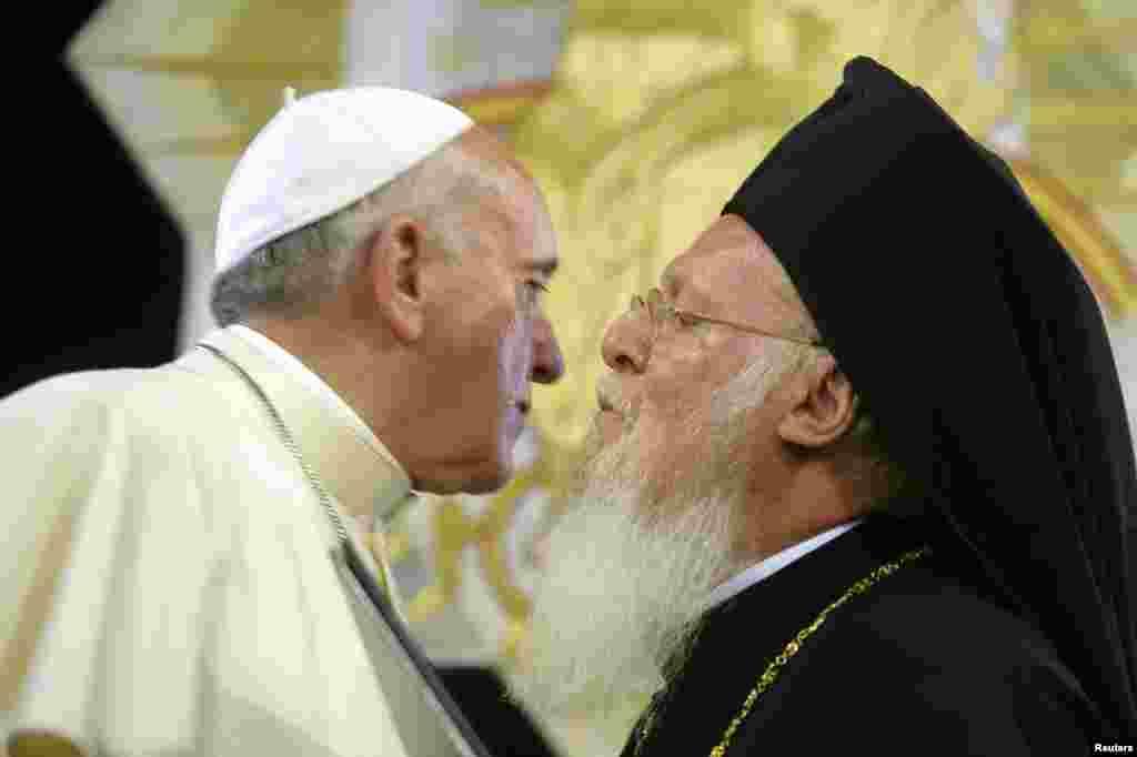 С главами других христианских церквей нынешний понтифик встречался неоднократно. На этом снимке Франциска приветствует Патриарх Константинопольский Варфоломей.