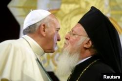 Патриарх Константинопольский Варфоломей приветствует папу Франциска. Стамбул, 30 ноября 2014
