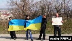 Tătari pe un drum la Simferopol protestînd împotriva referendumului secesionist