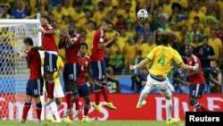 Бразилец Давид Луис забивает гол со штрафного удара