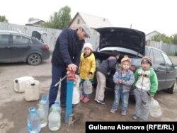 Естаевтар суды бірнеше жүз метрден тасып ішеді. Астана, 3 маусым 2018 жыл.