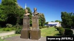 Погруддя Корольова і Гагаріна в Сімферополі