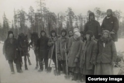 """""""Udarnici"""" ai muncii socialiste din lagărul de la Belomorkanal. Anul 1932. Fotografie de la expoziția GULAG, Muzeul German de Istorie"""