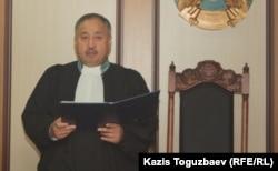 Ербол Ахметжанов, судья специализированного межрайонного военного суда по уголовным делам. Алматы, 30 декабря 2013 года.