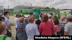 Работники автопарка Semey Bus требуют выплаты заработной платы. Восточно-Казахстанская область, 14 июля 2020 года.