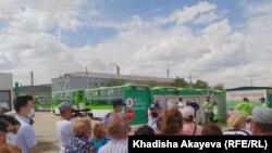 Semey Bus автопаркінің қызметкерлері жалақысын беруді талап етіп отыр. Семей, Шығыс Қазақстан облысы, 14 шілде 2020 жыл.