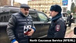 Муртазали Гасангусенов проводит акцию с требованием разрешить митинг по поводу убийства его сыновей
