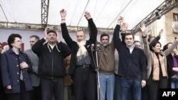 Ираклий Аласания (второй справа) пока не может уйти из оппозиции в самостоятельное плавание