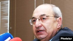 Armenia -- Public Council Chairman Vazgen Manukian speaks at a news conference, 19 May 2010.