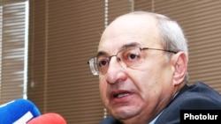 Armenia -- Public Council Chairman Vazgen Manukian speaks at a news conference, 19 May 2010.