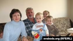 Алесь Астроўскі разам з сям'ёй