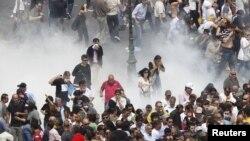 Afina küçələrində polislə etiraz aksiyası iştirakçıları arasında qarşıdurma