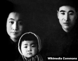 Линь Бяо с женой Е-Сюнь и дочерью Линь Доудоу, 1945-1948