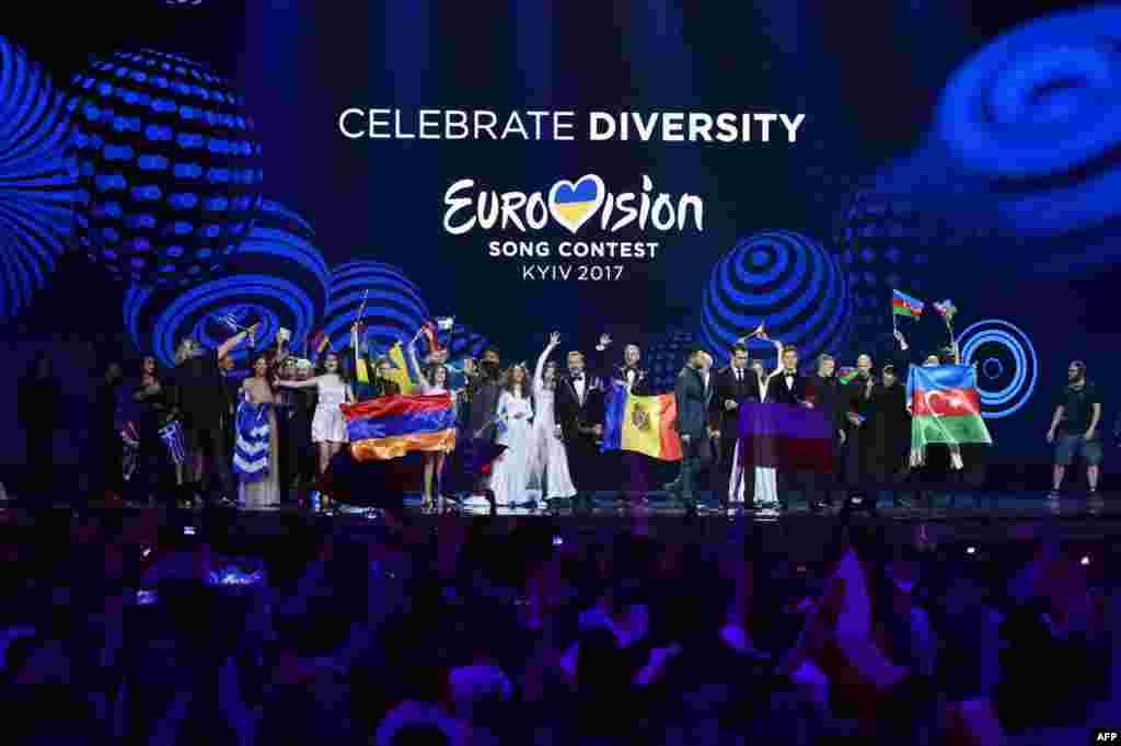 Фіналісти радіють виходу у фінал пісенного конкурсу «Євробачення-2017» на сцені після змагань у першому півфіналі. Цього року конкурс відбувся у Києві, в Міжнародному виставковому центрі (AFP / Сергій Супінський)