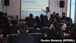 Ученики 9-го класса школы № 38 на лекции «Дети против терроризма» в библиотеке. Астана, 2 февраля 2017 года.