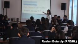 """Астанадағы 38-мектептің оқушылары кітапханада """"Балалар терроризмге қарсы"""" атты дәріс тыңдап отыр. 2 ақпан 2017 жыл."""