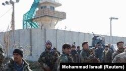 ავღანეთის უსაფრთხოების ძალების წარმომადგენლები ბაგრამის საავიაციო ბაზასთან. 2019 წლის 11 დეკემბერი
