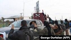استقبال شبهنظامیان کرد در عفرین از نیروهای دولتی در روز سهشنبه