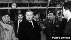Президент Узбекистана Ислам Каримов осматривает территорию, на которой произошел взрыв. Ташкент, 16 февраля 1999 года.