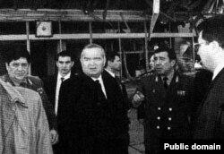 Президент Узбекистана Ислам Каримов на месте взрыва бомбы в Ташкенте. 16 февраля 1999 года.