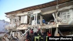 Spasilačke ekipe na mjestu zemljotresa u Elazigu u Turskoj