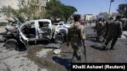 Бойци от свободната сирийска армия оглеждат избухнала кола бомба в Азаз, Сирия, 1 септември 2018 г.