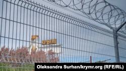 Забор с колючей проволокой между административной границей Крыма и Херсонской области неподалеку от КПВВ «Чонгар», май 2021 года
