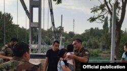 Узбекистан - Спасатели спасли женщину, которая хотела броситься в реку. Фото МЧС.