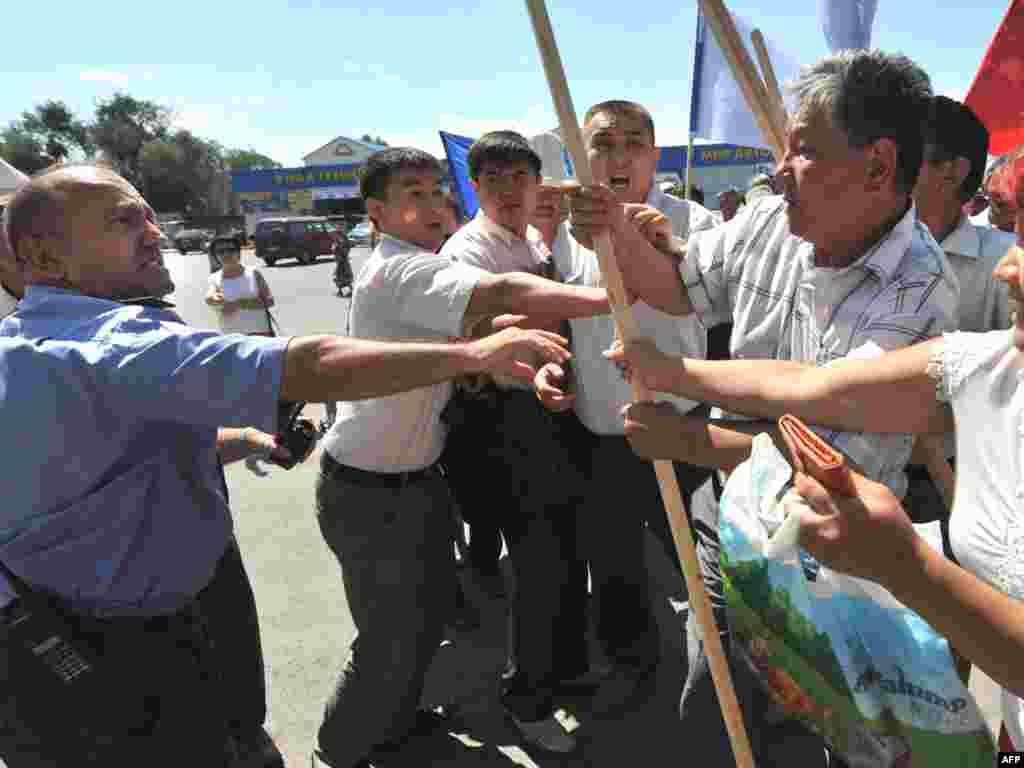В столице Киргизии Бишкеке милиция задержала более ста участников несанкционированного шествия сторонников оппозиционного кандидата в президенты Алмазбека Атамбаева