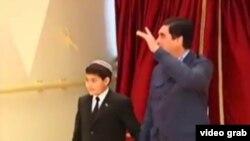Президент Туркменистана Гурбангулы Бердымухамедов с внуком Керимгулы.