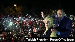 Թուրքիայի նախագահ Ռեջեփ Էրդողանը՝ կնոջ հետ, ողջունում է իր աջակիցներին, Ստամբուլ, 16-ը ապրիլի, 2017թ․