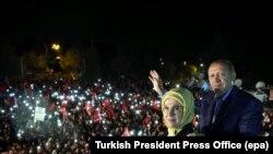 Президент Эрдоган жубайы менен эл алдында.