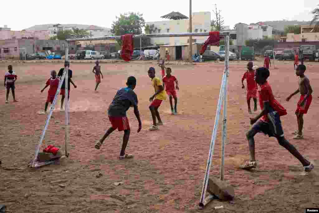 Дети играют в футбол в Бамако. Мали, 10 мая 2018 года.