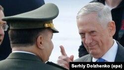 Міністри оборони України та США Степан Полторак (л) та Джим Маттіс зустрічалися 24 серпня 2017 року в Києві