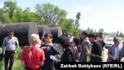 Бишкектеги Түштүк магистралы менен Тынчтык проспектисинин кесилишиндеги сейил бак деп эсептелген жерге курулуп жаткан май куюучу жай. 8-май, 2013