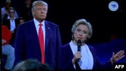 Хиллари Клинтон мен Дональд Трамп сайлау алдындағы екінші дебатында. Сент-Луис, 9 қазан 2016 жыл.