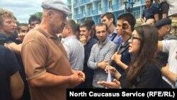 Девушка с российским триколором интересовалась у толпы, почему ее никто не задерживает