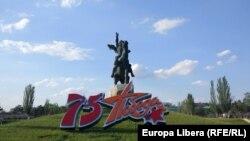Monumentul lui Suvorov din centrul Tiraspolului în ziua de 9 mai 2020. Parada tradițională a fost anulată din cauza epidemiei de coronavirus.