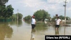 Тасқын су алған Өргебас ауылында тұрған адамдар. Түркістан облысы, Мақтарал ауданы, 3 мамыр 2020 жыл.