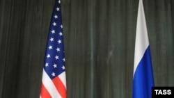 Orsýetiň daşary işler ministri Sergeý Lawrow (sagda) we ABŞ-nyň Döwlet sekretary Hillari Klinton Moskwadaky metbugat konferensiýasynda, 13-nji oktýabr, 2009 ý.