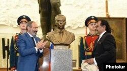 Премьер-министр Армении Никол Пашинян во время торжественного открытия бюста маршала Амазаспа Бабаджаняна в Центральном музее Великой Отечественной войны в Москве, 14 июня 2018 г.