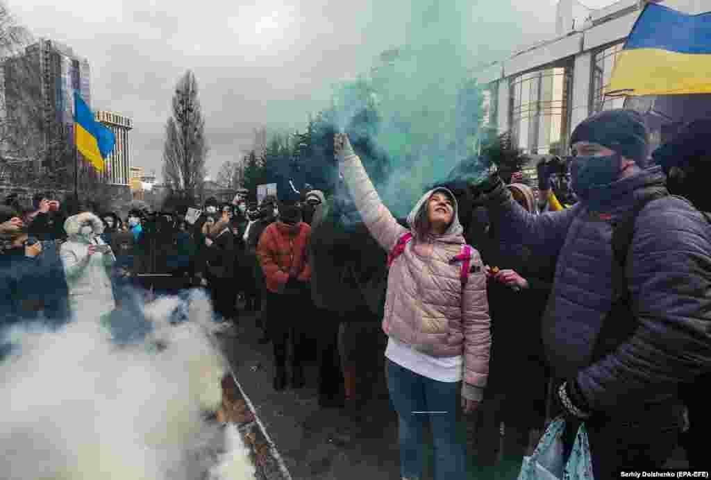 Дымавыя шашкі падчас пратэсту супраць карупцыі ў судовай сыстэме Ўкраіны, Кіеў, 9 сакавіка.