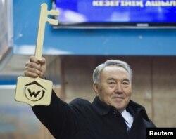 Қазақстан президенті Алматы метросының ашылу рәсімінде тұр. 1 желтоқсан 2011 жыл.