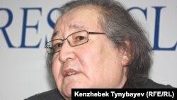 Режиссер Болат Атабаев на пресс-конференции. Алматы, 28 декабря 2011 года.