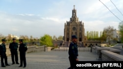 Сотрудники узбекской милиции возле Каталоческой церкви в Ташкенте.