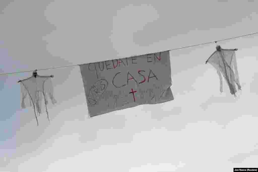 А на плакатах іспанців закликають залишатися вдома