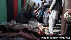 اجساد افراد ملکی که در اثر حملات طیاره های بی پیلوت در ولسوالی خواجه عمری غزنی کشته شدند.