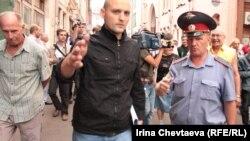 Полицей Удальцовты тұтқындауға келе жатыр. Мәскеу, 29 тамыз 2011 жыл.